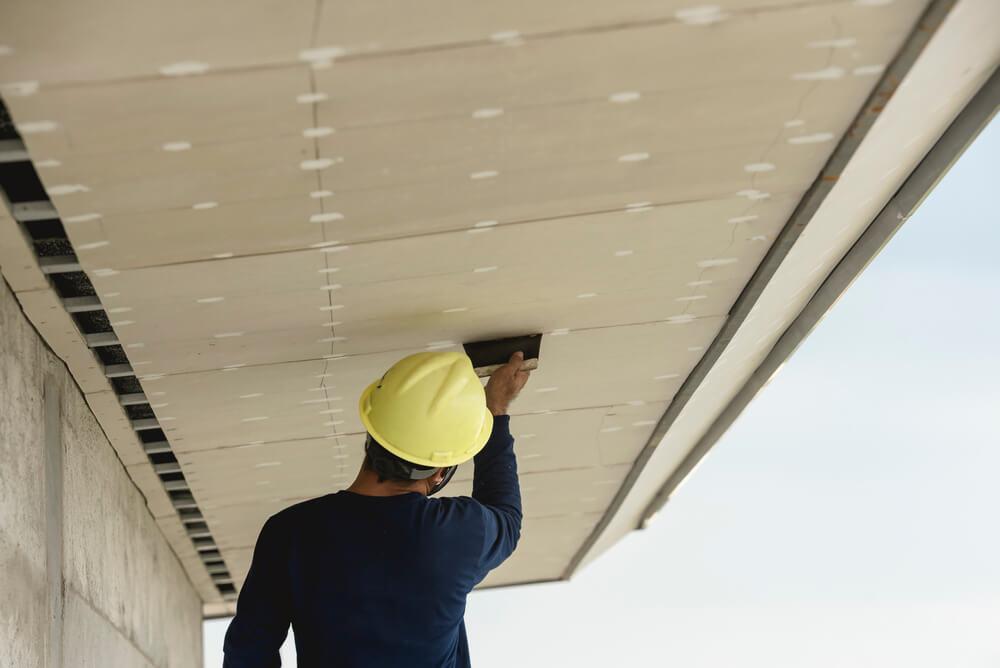 montáž sadrokartónu na šikmú strechu Profi montáže